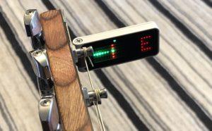 クリップチューナーをギターに取り付けた画像