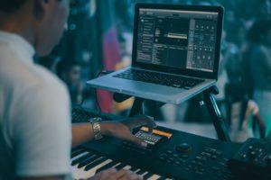 ライブでMacbookを使用している画像